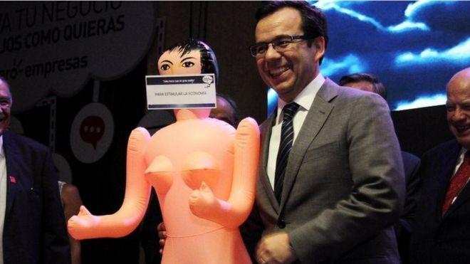 """Masyarakat Chile digemparkan oleh kado boneka seks bertuliskan """"untuk  merangsang ekonomi"""" yang diberikan pengusaha kepada Menteri Ekonomi f2a360916a"""