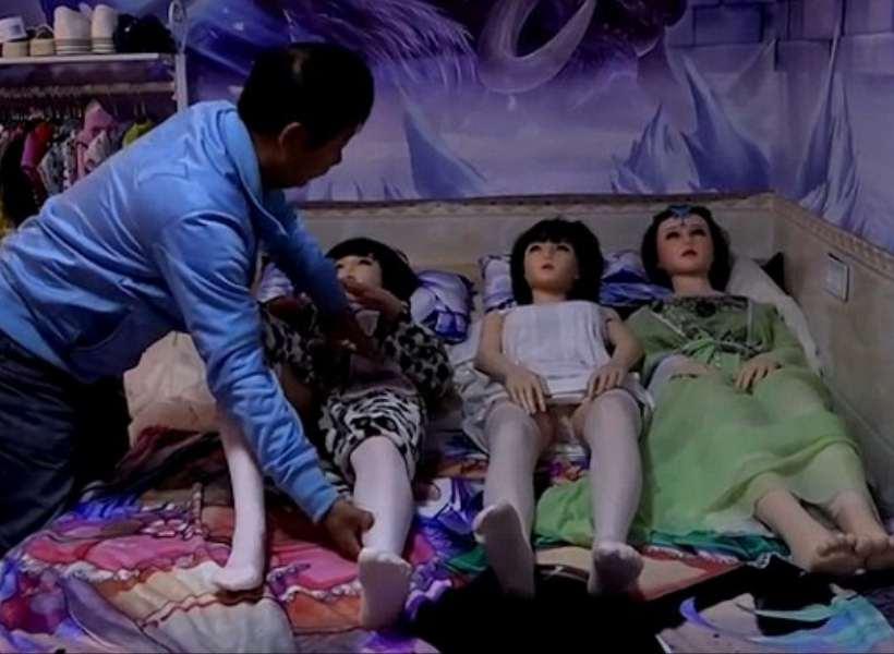 Seorang laki-laki di Tiongkok lebih memilih boneka-boneka seks daripada  menikah dengan seorang perempuan. Banyak orang menganggap keputusannya ini  aneh dan ... 091d85b885