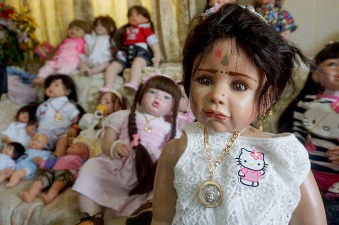 Fenomena membeli boneka yang dianggap dapat membawa keberuntungan menyeruak  di seantero Thailand. Ini merefleksikan kekhawatiran warga secara  menyeluruh 082815330d