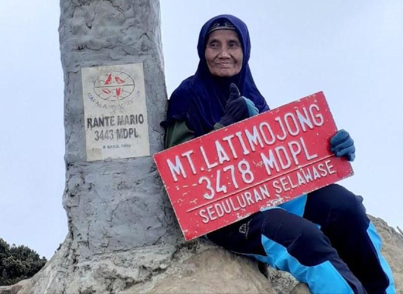 Hebat, Nenek 66 Tahun Masih Hobi Naik Gunung