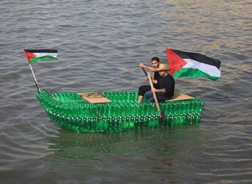 Nelayan Palestina Menangkap Ikan di Laut dengan Perahu dari Botol Plastik Bekas