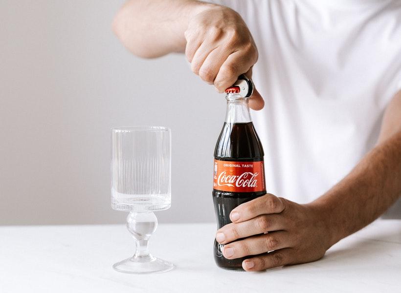 Gak Cuma Segar, Minum Soda Ternyata Bikin Merana