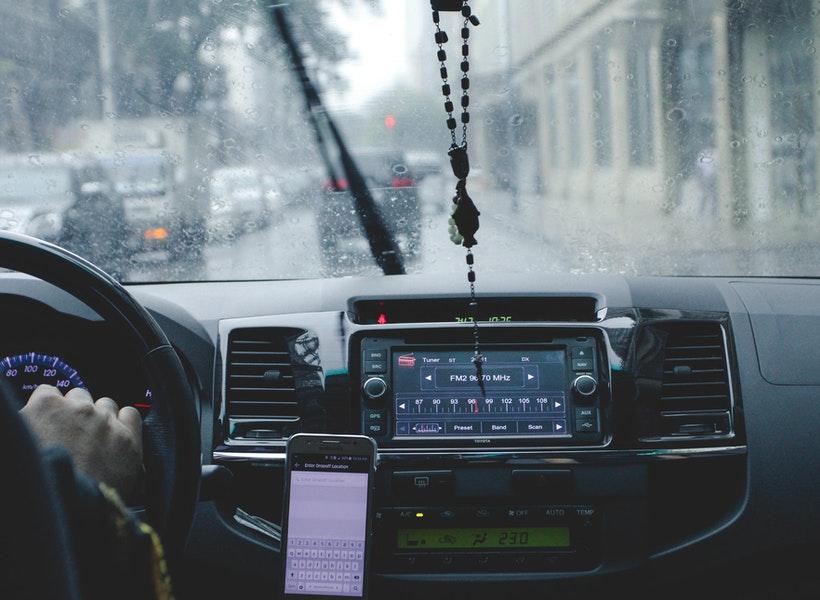 Hati-hati, Yuk Perhatikan Menyetir Saat Hujan Deras!
