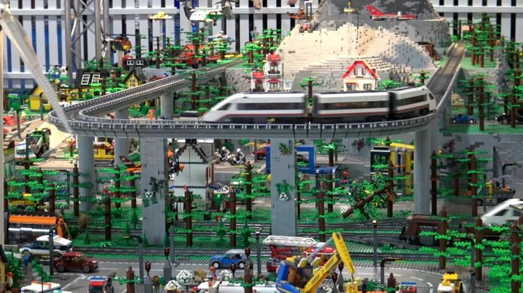 Gila Mainan - Lintasan Kereta Besar banget dari Lego