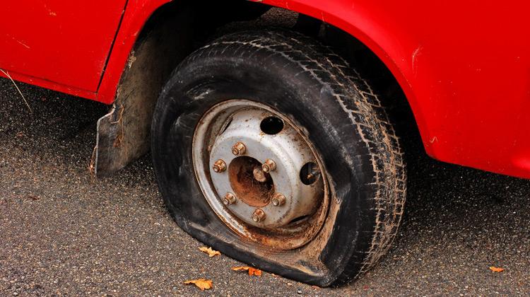 Kepo Media - Yang Terjadi Jika Mengendarai Ban Mobil yang Kempes