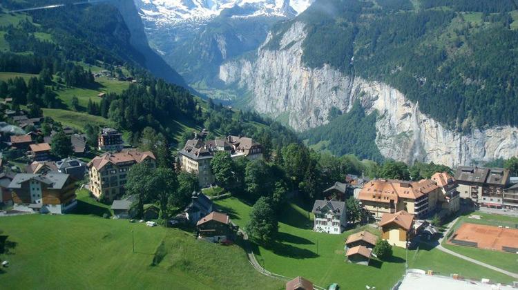 Traveling World - Traveling di Kota Wengen, Swiss dan Keindahan Alam Pegunungan