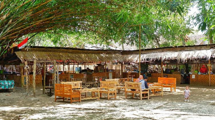 Brisik.ID - Pasar Kebon Empring, Surganya Kuliner Tradisional