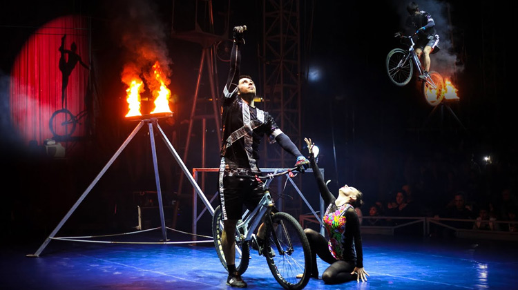 Show Moment - Pertunjukan Sirkus Senam Sepeda Wanita