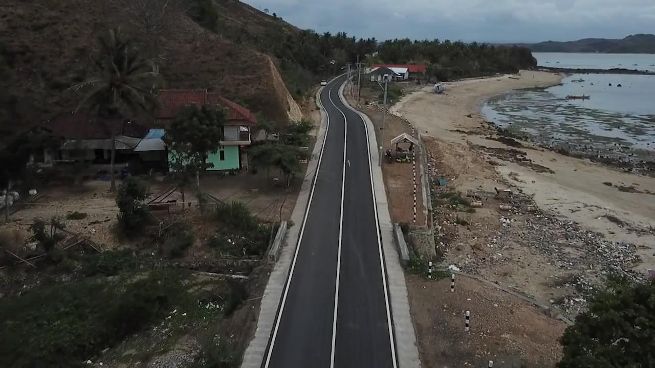 Putrayasa - Jalanan Pinggir Pantai Di Lombok Yang Indah Dari Udara