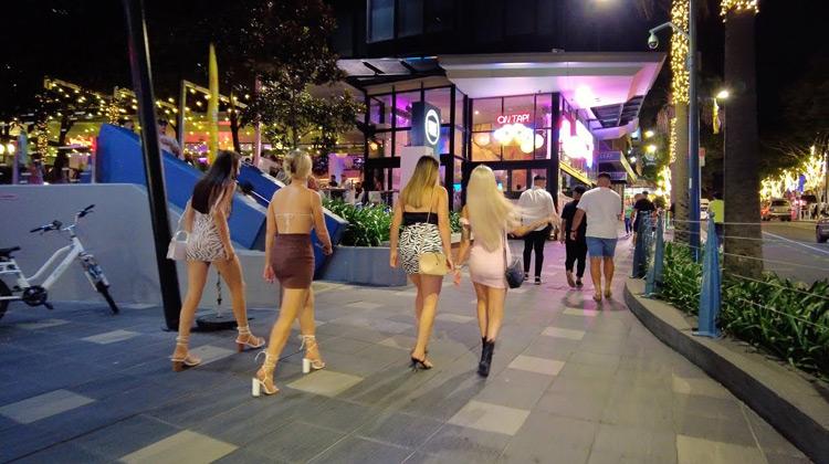 Saturday Nightlife Walk in Surfers Paradise