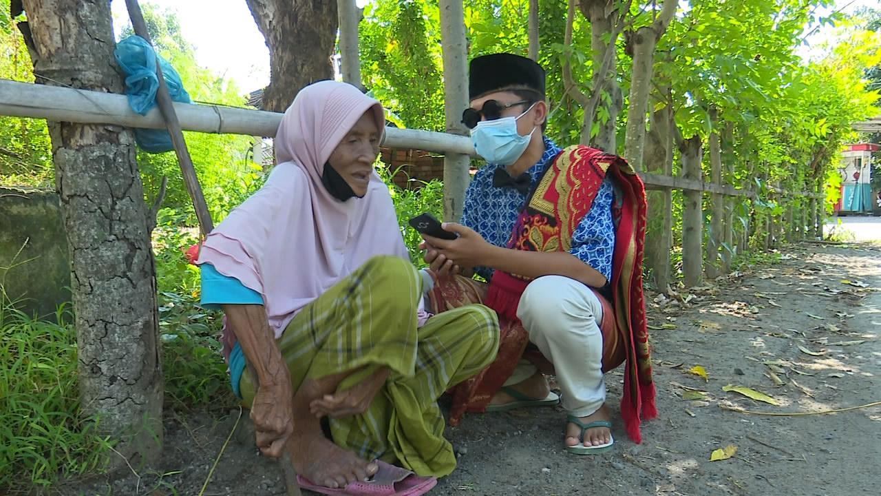 Putrayasa - Papuq Raodah Menunggu Rejeki Di Pinggir Jalan Monjok Timur - Mataram || Tuaq Tilas 2021 Program Berbagi Bulan Ramadhan Di Lombok