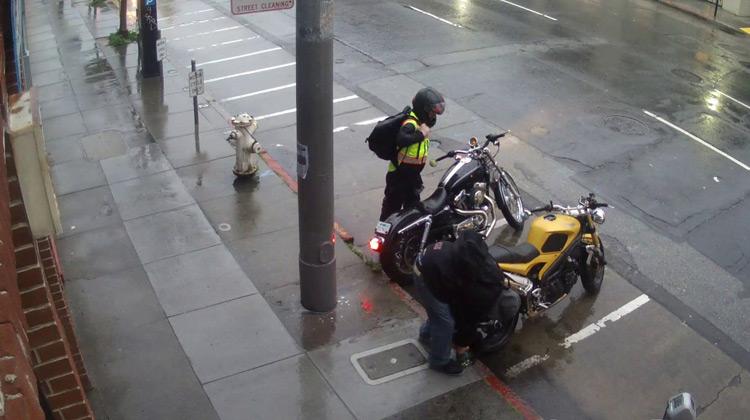 Show Moment - Aksi Pencurian Sepeda Motor yang Terekam CCTV
